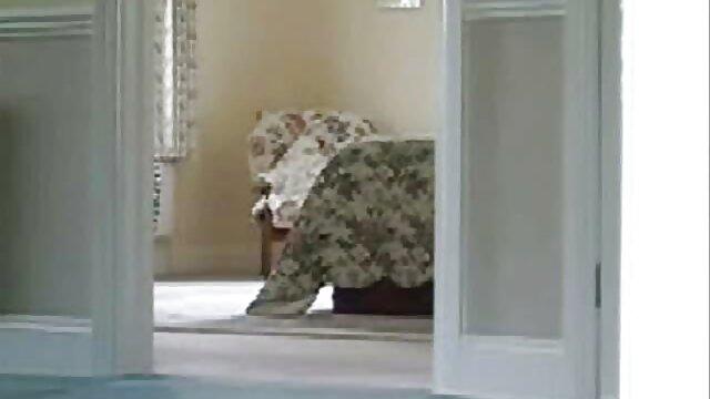 Lèche l'anus de maman et lui prend la chatte avec ses doigts video film x francais
