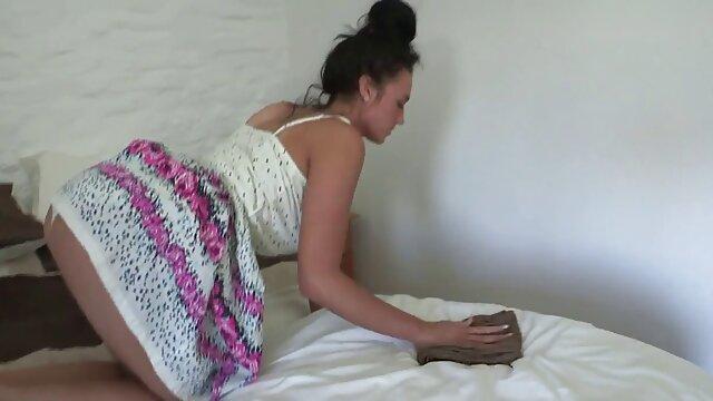 Ils film porno video ont bandé les yeux pour cacher leur visage afin que les voisins ne se reconnaissent pas accidentellement et baisent à l'aveugle devant la caméra