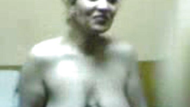 Un instructeur d'éducation physique nerveux baise le cancer sur un bureau, un camarade stagiaire ludique video porno coqnu d'un flux parallèle