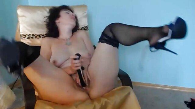 Maîtresse frotte son clitoris humide avec ses video gratuit xxx doigts d'esclave et le colle sur un gode blanc