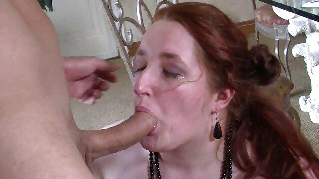 Non seulement les hommes peuvent être sadiques, dans une grange équipée pour la torture, une jeune femme est assise sur des toilettes video porno vintage italien en acier et crie