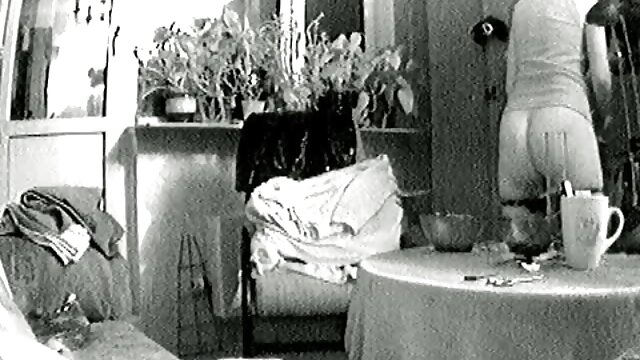 Accueil sexe couple kazakh copulant sur le lit allongé avec un sandwich video film x