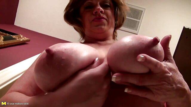 Déprimant la blonde humiliée dans l'anus, entrant sex porno video gratuite étroitement avec une saucisse courbée