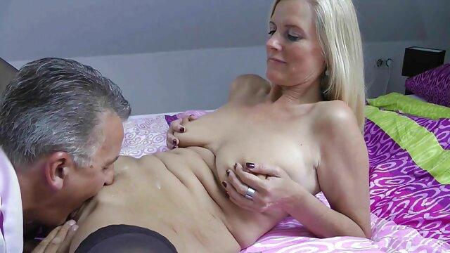 Blonde aux gros seins suce habilement video film pornographique la bite du jeune fils de son amie
