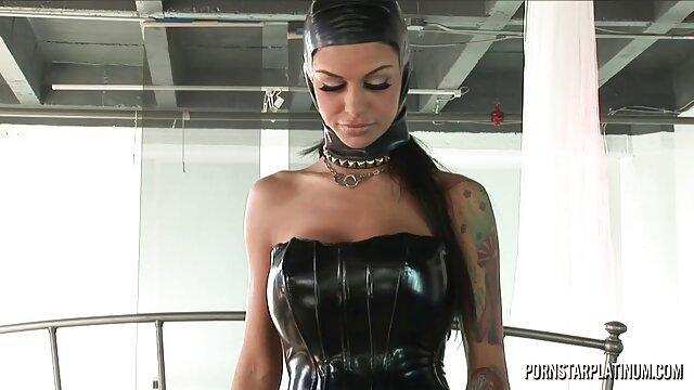 Une femme aux seins énormes et une grosse chatte gicle de sperme pendant laly vallade video porno l'extase