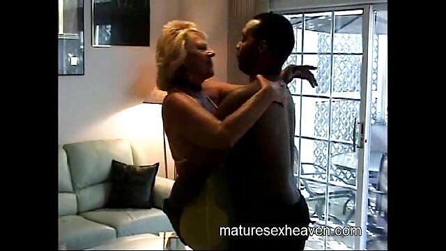 Elle a jeté ses jambes sur ses épaules, et sa vulve tube video porno est plantée sur le pénis par le bas et en posant ses mains dessus, il la trompe