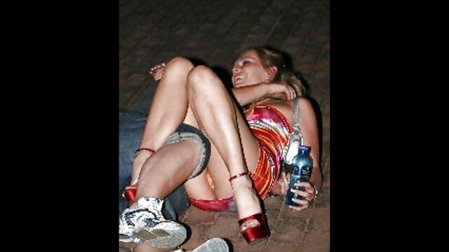 Momzel pratique la masturbation avec les pieds vidéo prono xxx en collants, branle parfaitement son amant et l'amène à la mort