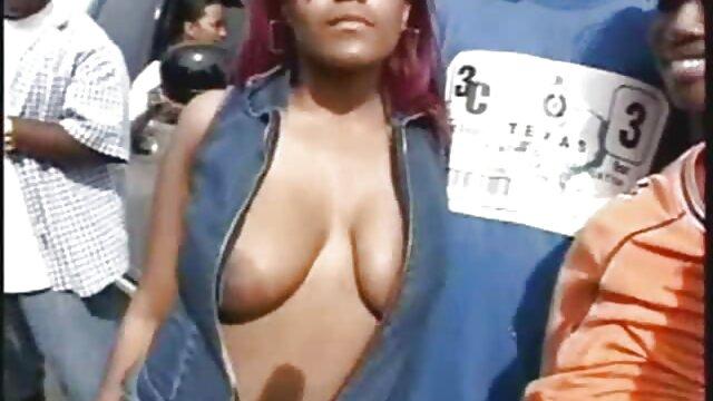 Un couple ayant des relations sexuelles dans un kiosque, pendant les heures de travail, a été video porno secret brûlé devant le propriétaire sur une caméra cachée