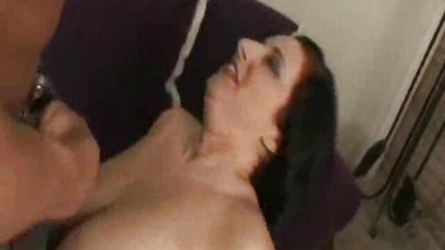 J'ai tiré la nouvelle femme de chambre de mon père sur un shnyaga à la porte pornos vidéos de son bureau, jetant sa chatte sur le dessus