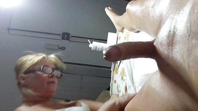 Après une journée de travail, Kayla se détend au bureau avec un employé film pronographique video