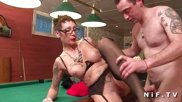 La femelle passionnée a commencé à couler, son trou s'est ouvert et après s'être masturbée avec un jouet, du liquide en a coulé. La chienne film porno video a clairement fini de se branler