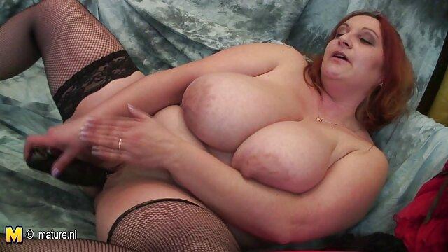 Une nana taillée sous un carré fait une pipe à un ami et le video porno bisexuel regarde passionnément dans les yeux, s'étouffant avec une bite ronde