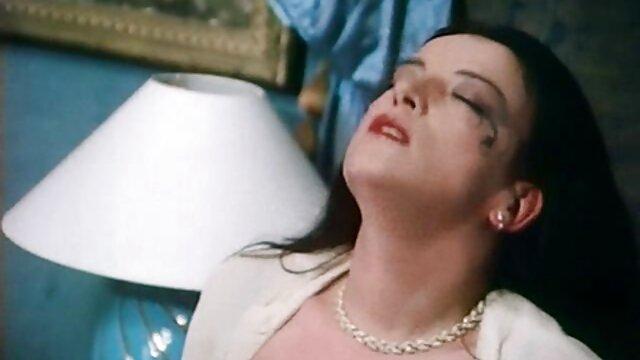 Sataniste avec une croix dans la chatte est assise sur un fauteuil dans un raskoryak et se film video porno francais masturbe avec un crucifix, se terminant hardiment