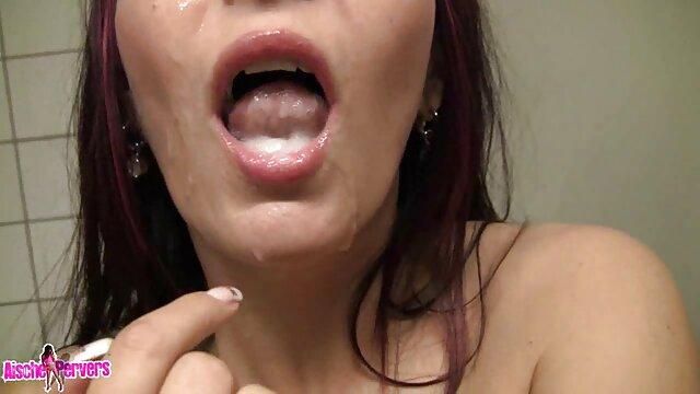 Le soi-disant bain video porno chic pakistanais, un bol d'eau, à côté d'un tabouret et une barre de petit savon