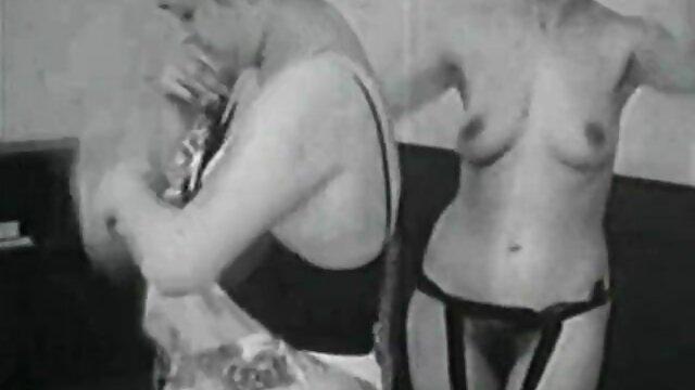 Une étudiante japonaise était attachée dans la chambre des hommes entre les urinoirs, video porno amateur gratuite chacun à son tour s'approcha et lui écrivit