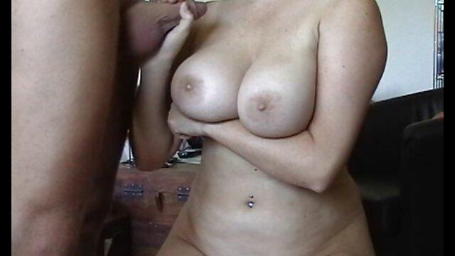 Un pet aux cheveux gris baise une petite-fille aux cheveux bouclés dans le cul alors qu'elle porno video mp3 se tenait dans le salon quand elle lui a montré des seins élastiques