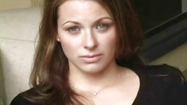 La jeune femme a sangloté après une dispute avec le marié, mais seulement il n'est pas parti, mais film video pono s'est installé derrière la femme