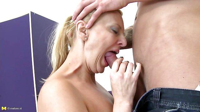 Se pétrit le cul avec ses mains avant de commencer le sexe video porno 974 et quand l'anal est détendu, puis insère la saucisse