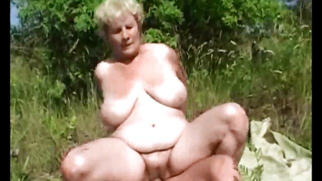 Une femme de chambre mature déchirée dans le cul par le video xxx pornographique garçon du maître, a conduit un pénis épais entre les fesses serrées