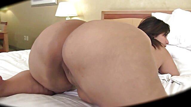 Fille professionnelle rousse couverte de sperme, avec un museau triste, suce les dernières gouttes de graines mâles des vidéos pornographiques