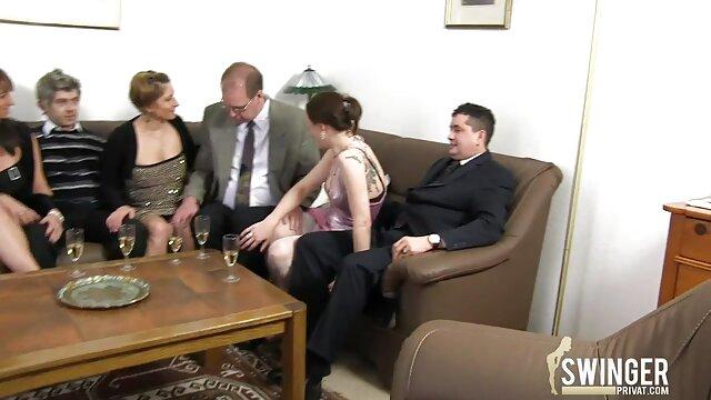 Une dame tachetée avec des oreilles suce une bite et reçoit une video pornographie xxx dose de sperme dans sa bouche à la demande du propriétaire