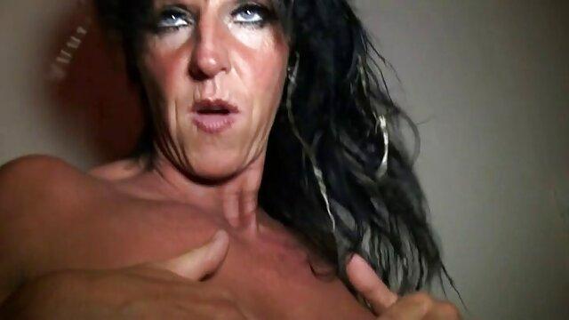 Vêtue de la culotte de maman et des bas de sa film porno avec jeune fille sœur, une jeune transsexuelle baise un cul artificiel sur le lit