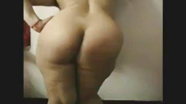 La blonde sous la douche avec des boucles se baise avec zèle dans le bas avec sa vidéo xxx gratuit jambe levée et obtient un orgasme sans précédent