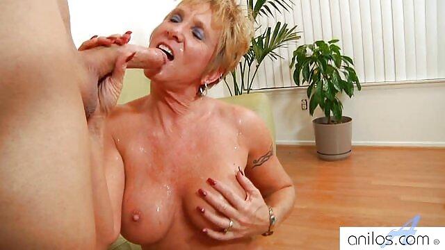 Pendant que sa femme est au travail, son gendre baise sa belle-mère pliable sur film x video un vieux canapé