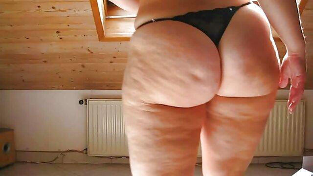 Une dilda adulte espionne une mère vidéos de sexe en streaming en train de se baigner et se branle en se tenant sous la porte, a attrapé un pénis dans sa culotte