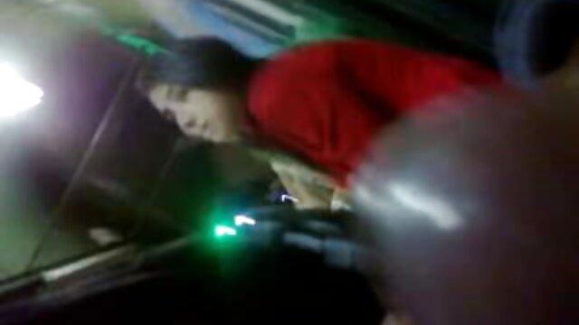 La méditation du jardinier video film erotique à ventre rond conduit à un orgasme accidentel en s'accroupissant sur des morilles