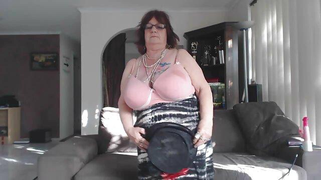 Une vendeuse de merde mature baisée par une brune excitée au vidéos sexe gratuit lieu d'un gode