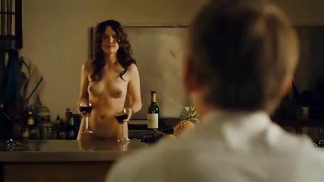 Une belle brune élancée adore le gangbang anal avec des hommes film porno vidéo gratuit chauds