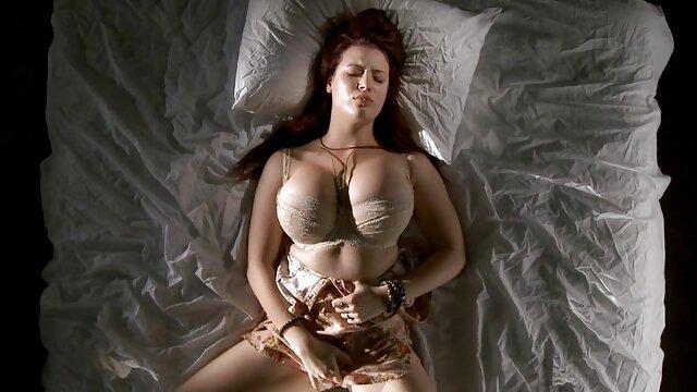 La chienne Kagney Linn Karter a demandé au mec de retirer le plug de video porno 974 l'anus et de la baiser
