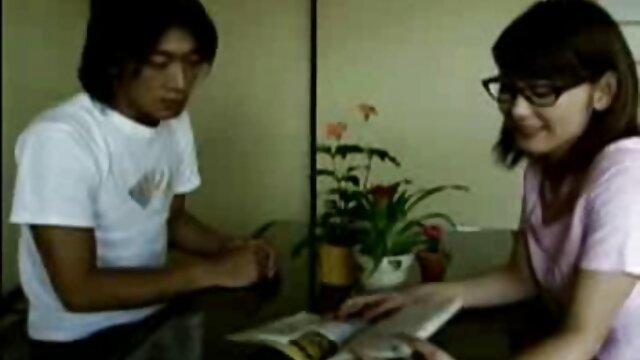 Le doyen adjoint marié enseigne la copulation anale à un étudiant et teste l'anus au doigt video gay gratuit