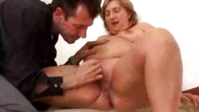 Une femme blonde maigre xnxx les fille frotte son clitoris rasé sous une serviette, un artisan, essayant de démarrer le moteur de la luxure