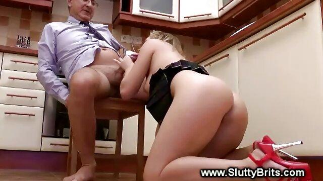 Une jolie fille avec une chatte poilue se saoule à l'entrejambe en soulevant sa jambe par un xxx vidéo pornographique mec de l'appartement voisin