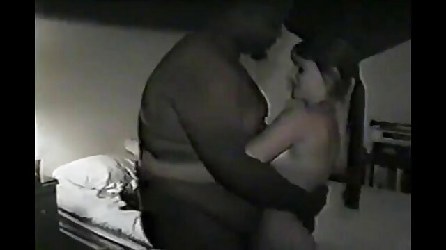 Abnégation orale d'une jeune femme en baskets à la mode, video porno noire dans une pose 69 avec un vieux bourgeois
