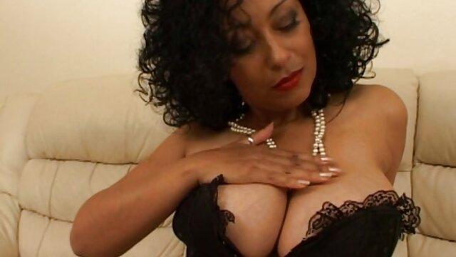 Une étudiante délicate profite de la maman et du strip-tease de l'adolescence pour regarder les seins tube video porno sans soutien-gorge