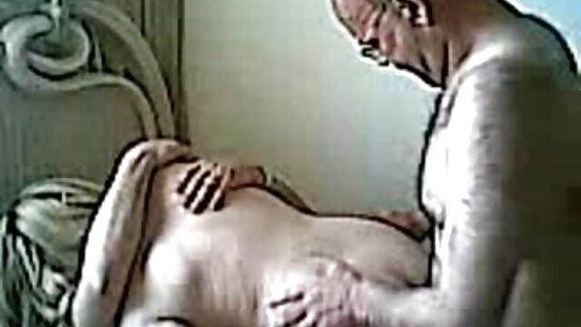 La fille écarte largement ses petits pains et lèche le pénis du mec, parce qu'elle le veut video sensuelle lesbienne vraiment. Il ne tourmente pas le bébé pendant longtemps et plante profondément son gros et gros