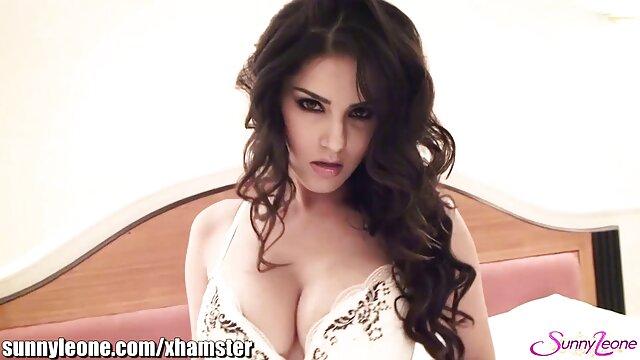 Se moque de la chatte d'une blonde enchaînée attachée aux lèvres de chaussures sur des video sensuelle erotique chaînes