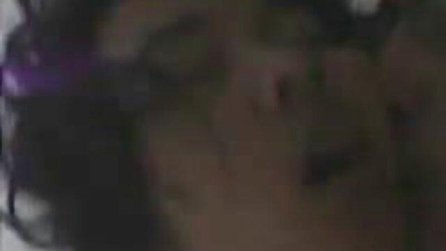 Tante vidéo gratuit xxx gémissante est à quatre pattes et aime les relations sexuelles anales, courbant joyeusement son visage