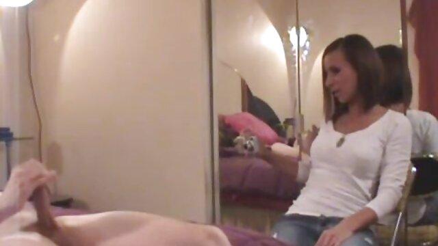 Trio baise avec video porno sale un sandwich sur le lit, enroulé par deux chattes et une jeune bite