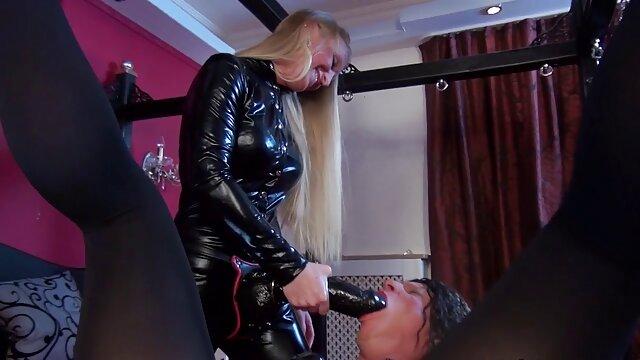 Une video porno complet femme en bonne santé se baise en anal avec une grosse bite en caoutchouc et montre ses biceps devant la caméra