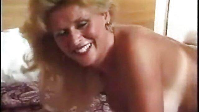 N'épargnant pas le cul, la secrétaire se martèle sans pitié, enfonçant voir les vidéos porno le plancher de ses mains dans l'anus