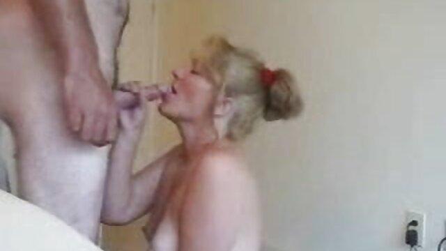 Deux mecs baisent une jeune porno potit blonde